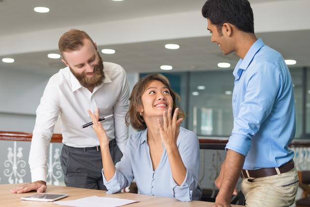 Grupa biznesowa trzech świętuje sukces
