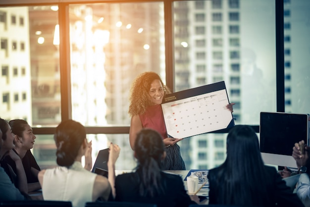 Grupa biznesowa w sukces koncepcji, podpisanie zatwierdzenia dokumentów, koncepcja biznesowa