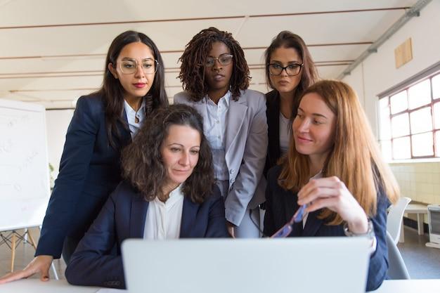 Grupa bizneswomanów pracuje z laptopem