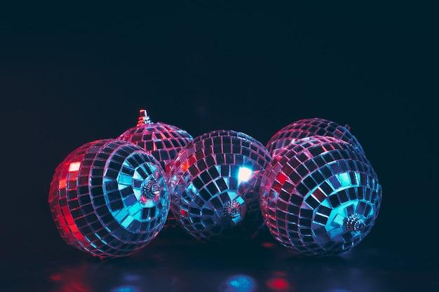 Grupa błyszczących kulek disco