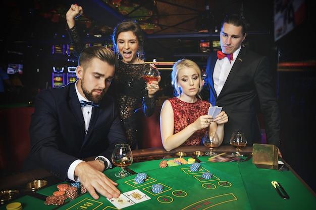 Grupa bogatych ludzi gra w pokera w kasynie