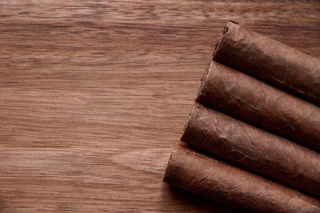 Grupa brązowych kubańskich cygar na starym drewnianym tle