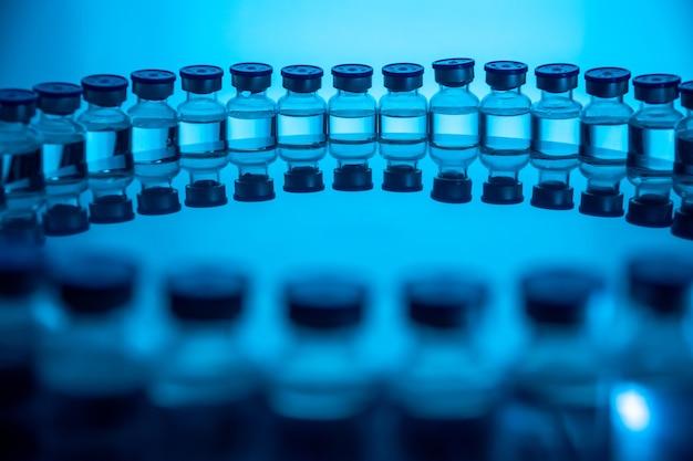 Grupa butelek szczepionki. lekarstwa w ampułkach. szklane fiolki do próbek płynnych w laboratorium.