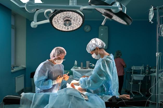 Grupa chirurgów na sali operacyjnej. zespół medyczny wykonujący zabieg na sali operacyjnej.