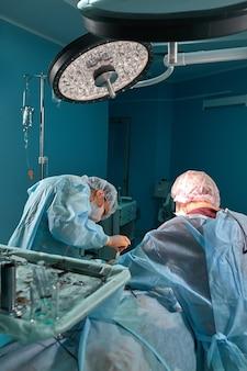 Grupa chirurgów na sali operacyjnej