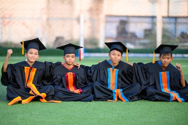 Grupa chłopców jest szczęśliwa w dniu ukończenia szkoły