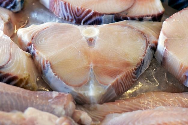 Grupa ciętych ryb zdeponowanych w lodzie
