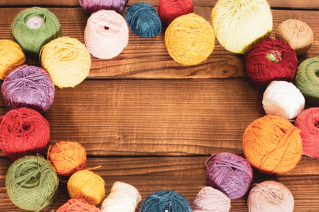 Grupa coloured woolen gejtawy na drewnianym tle.