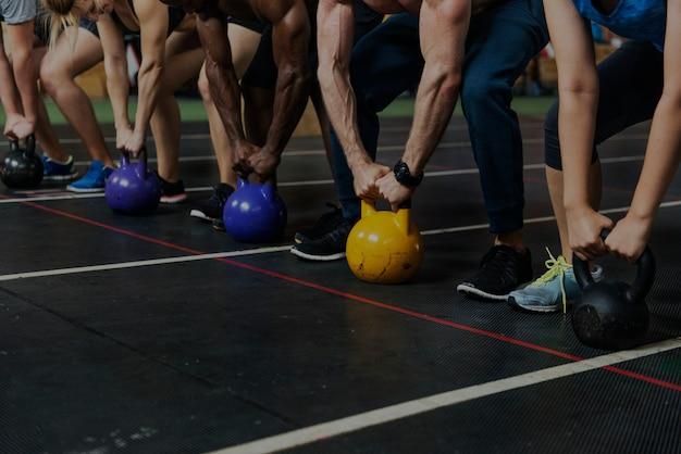 Grupa crossfit na siłowni