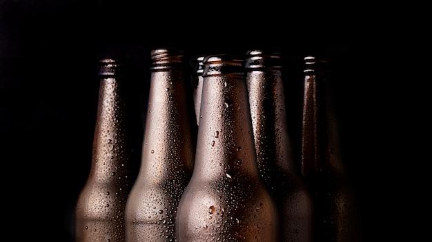 Grupa czarnych butelek piwa