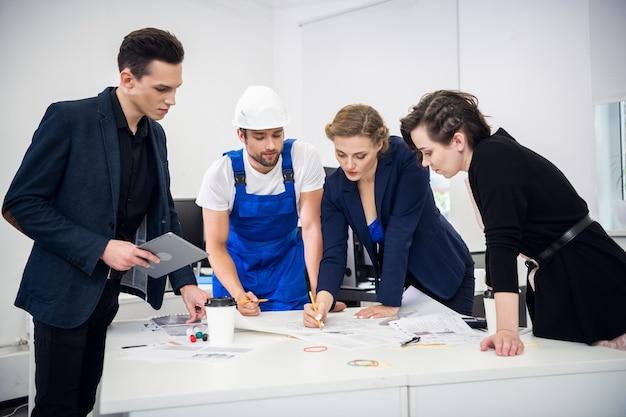 Grupa czterech ludzi pracujących razem w biurze