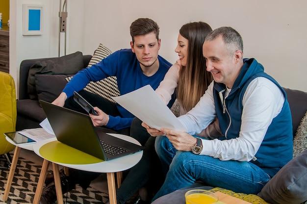 Grupa czterech młodych ludzi biznesowych zebranych razem omawiając kreatywne idea. spotkanie współpracowników komunikacja dyskusja working office startup concept