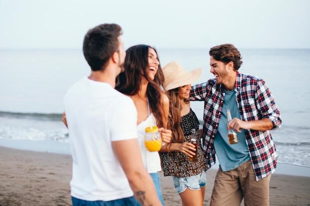 Grupa czterech przyjaciół, którzy spędzają czas na plaży