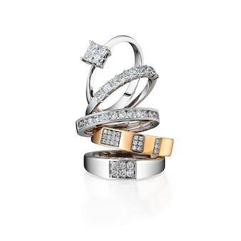 Grupa diamentowych pierścionków brogujących odizolowywającymi na białym tle, biały złoto, żółte złoto, zawierać ścinek ścieżkę. ekstremalne zbliżenie.