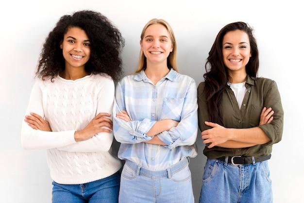 Grupa dorosłych kobiet pozowanie razem