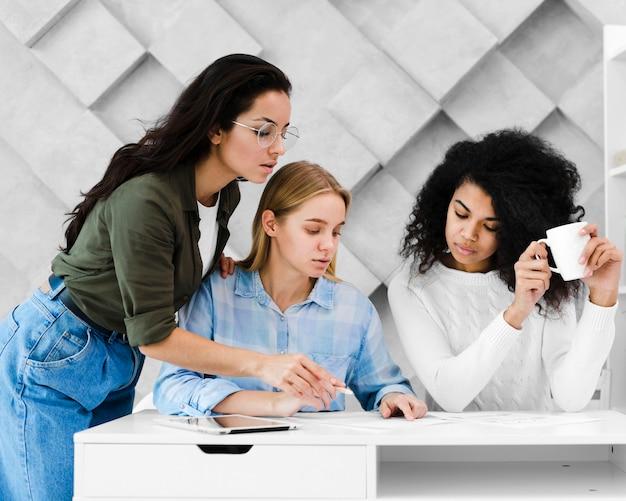 Grupa dorosłych kobiet pracujących razem