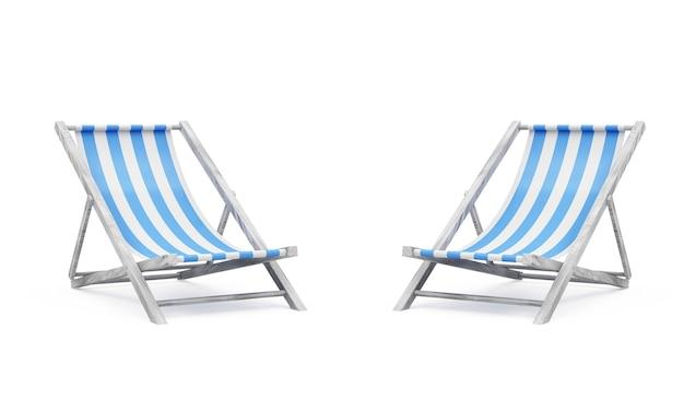 Grupa drewnianych krzeseł plażowych na białym tle