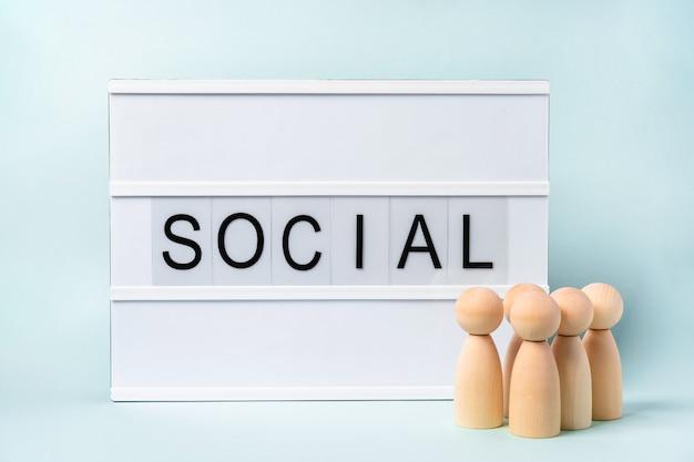 """Grupa drewnianych ludzi i słowa """"social"""""""