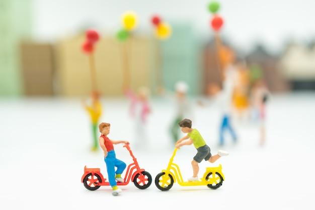 Grupa dzieci bawiące się na rowerze, dzień dziecka