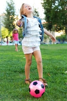 Grupa dzieci bawiące się w parku.