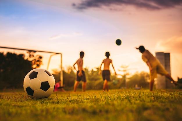 Grupa dzieci grających w piłkę nożną