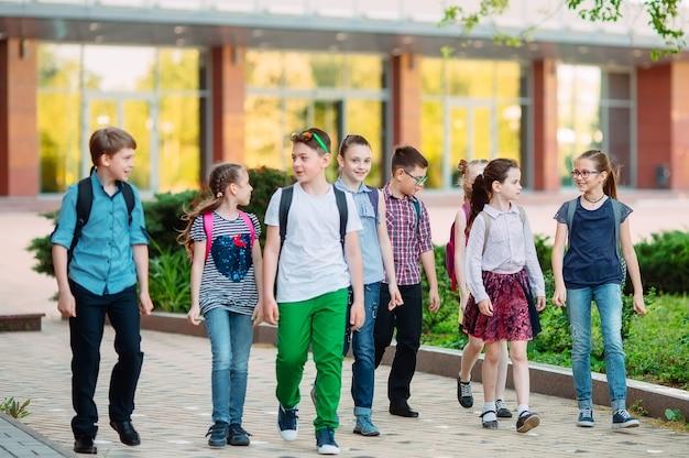 Grupa dzieci idących razem do szkoły.