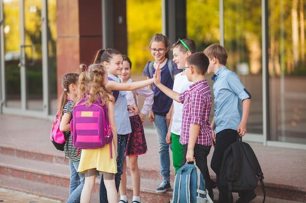 Grupa dzieci idzie na studia.