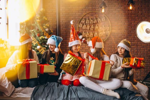 Grupa dzieci siedzi siedzi z prezentami