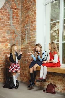 Grupa dzieci spędzających razem czas po szkole.