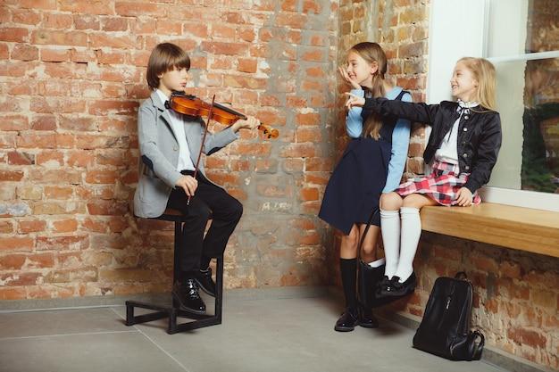 Grupa dzieci spędzających razem czas po szkole