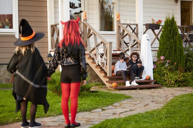 Grupa dzieci spotkanie w halloween