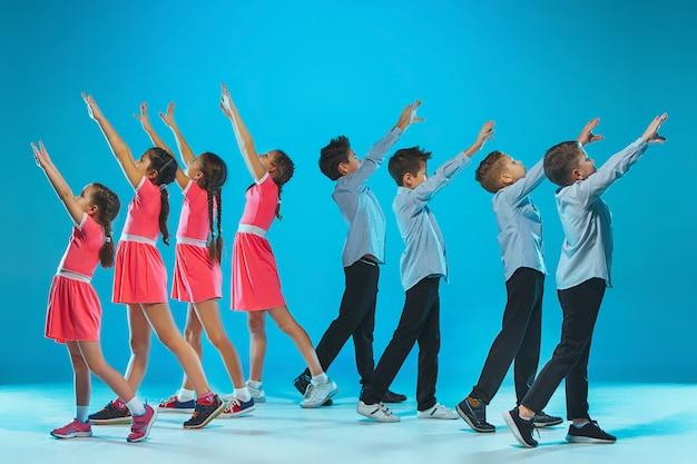 Grupa dzieci tancerza
