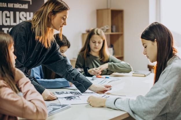 Grupa dzieci uczących się w szkole