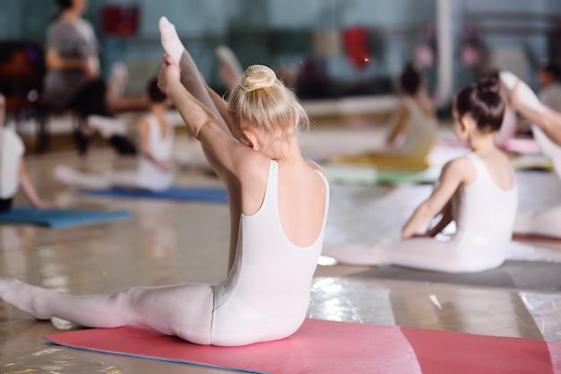 Grupa dzieci w szkole baletowej lub w sekcji gimnastycznej na carimacie