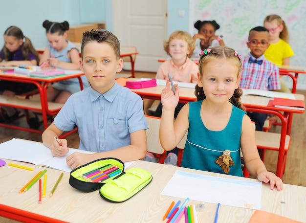 Grupa dzieci w wieku szkolnym, uśmiechając się