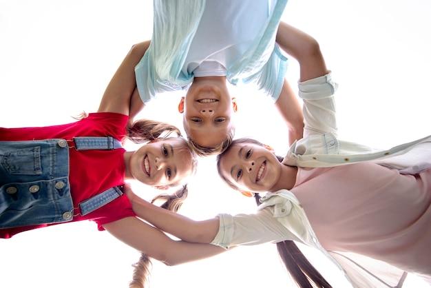 Grupa dzieci widok z dołu