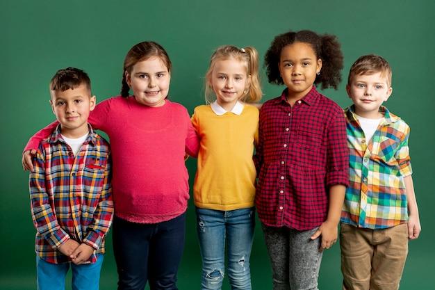 Grupa dzieci z dużym kątem