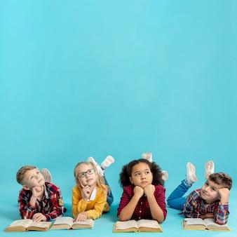 Grupa dzieci z książkami