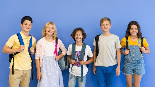 Grupa dzieci z plecakiem