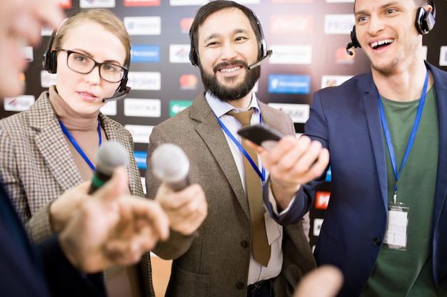 Grupa dziennikarzy na konferencji prasowej