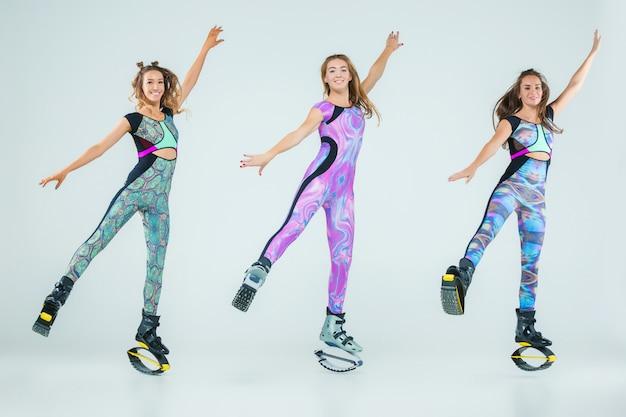 Grupa dziewcząt, skaczących na treningu