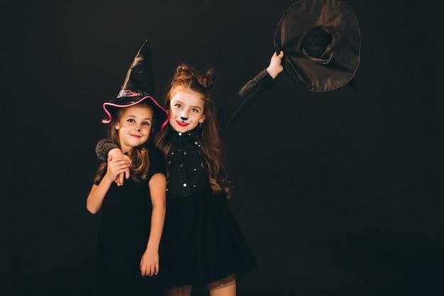 Grupa dziewcząt ubranych w kostiumy na halloween w studio