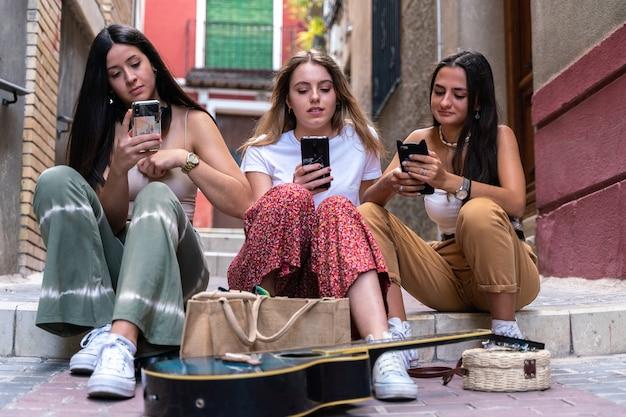 Grupa dziewczyn korzystających ze swoich smartfonów