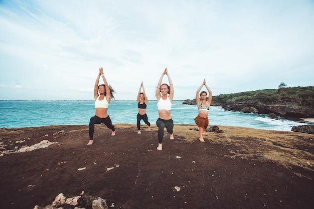 Grupa dziewczyna robi joga