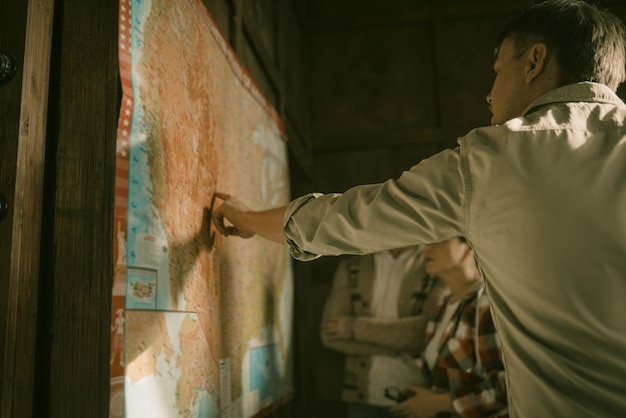 Grupa freelancerów pracujących z mapą papierową