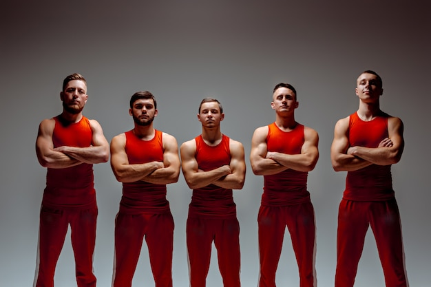 Grupa gimnastycznych akrobatycznych mężczyzn rasy białej