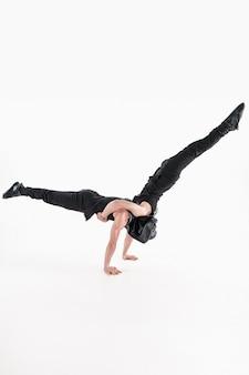 Grupa gimnastycznych akrobatycznych mężczyzn rasy kaukaskiej na pozie równowagi