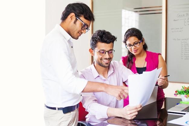 Grupa hindusów pracujących razem w biurze