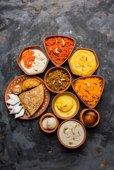 Grupa indian sweet lub mithai w misce z terakoty, selektywne focus