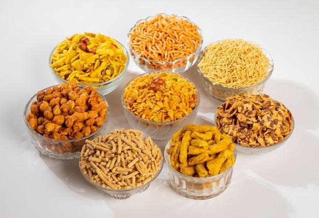 Grupa indyjskich tradycyjnych pikantnych i słodkich potraw namkeen